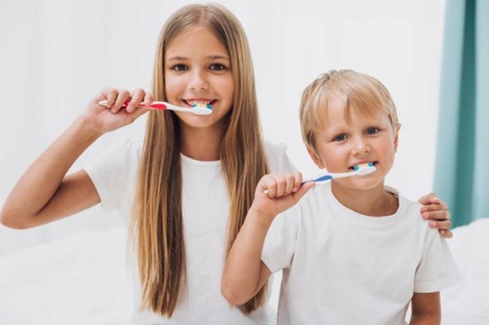 Đánh răng thường xuyên giúp trắng răng tự nhiên