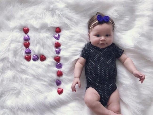 Hình ảnh em bé 4 tháng tuổi