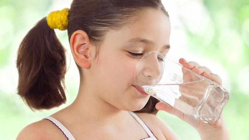 Hình ảnh bé gá uống nước